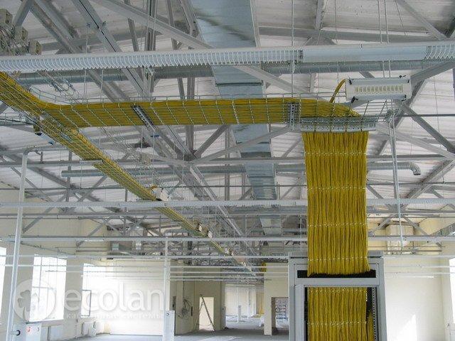 прокладка кабелей в лотках в производственных помещениях