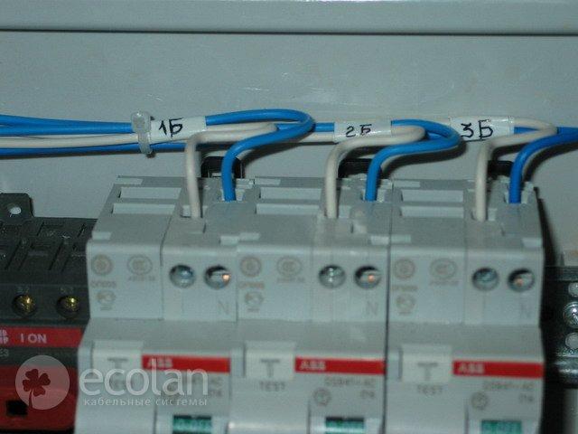 Подключение. назадвперед.  К двухполюсным автоматам дифференциального тока ABB подключены фазные и нулевые рабочие...