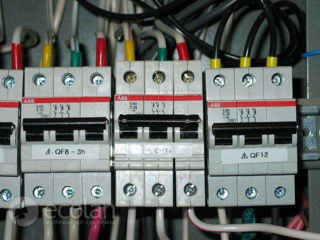 Подключение. назадвперед.  Маркировка фаз входящих линий трехфазных автоматов защиты в электрощитке выполнена цветом.