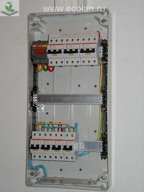 Трехполюсные автоматы защиты производства ABB подключены с помощью шины, двухполюсные - с помощью проводников...